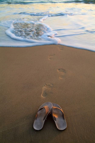 cropped-foot-prints-in-the-sand.png